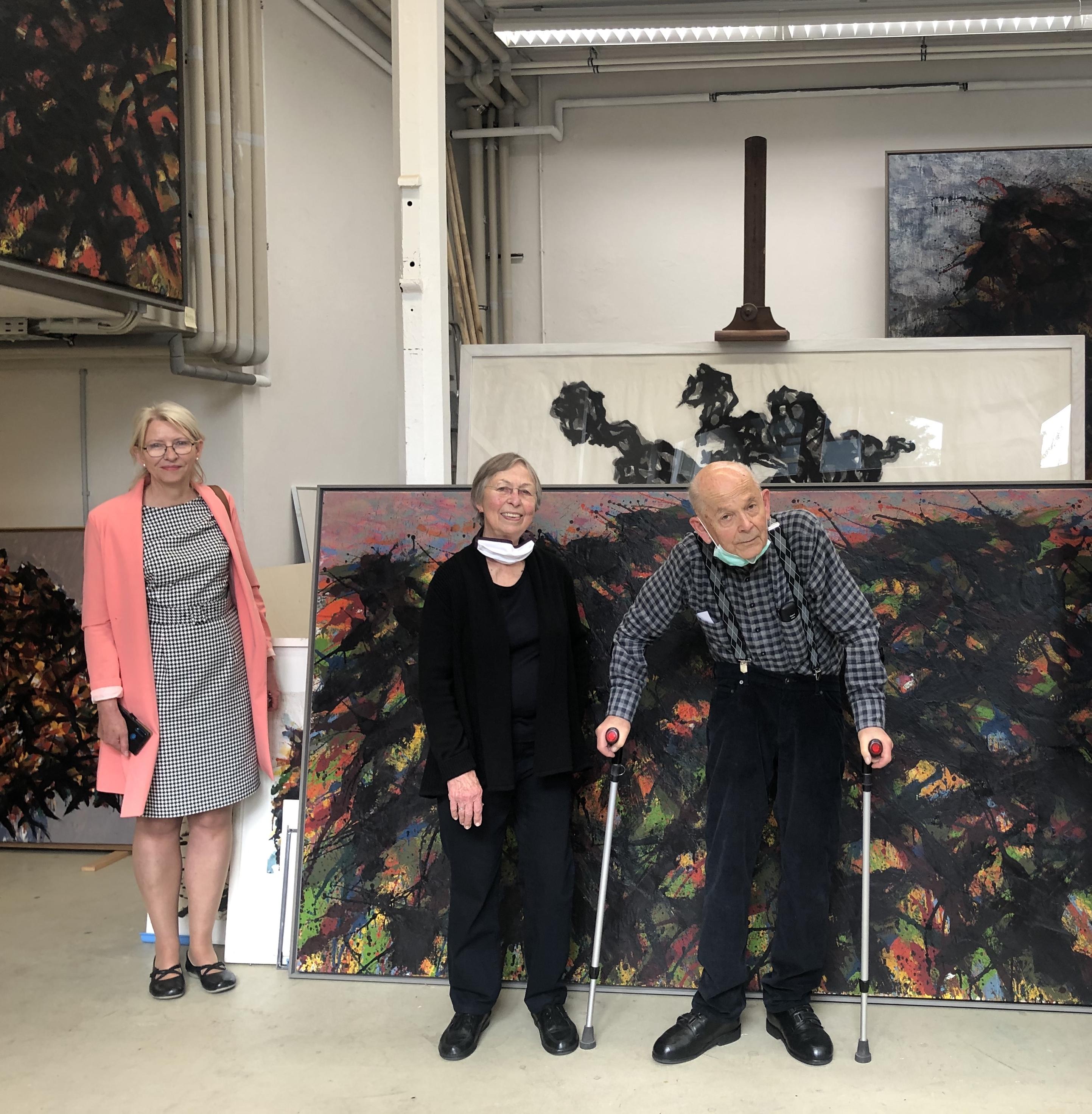 Galeristin Marina Zollmann mit Familie Uhlig im Atelier in Dresden